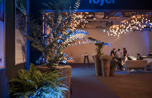 Baum und Farne im Foyer SNP Halle 02 Dekoration Hafenwerk