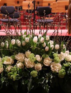 Blumen an der Bühnenkante – Floristik Bühnendekoration Hafenwerk