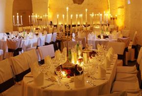 Festliche Rosenbouquets und Lüster – Tischdekoration Hafenwerk