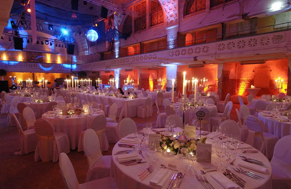 """Festlicher Saal gestaltet mit einem """"Roten Faden"""""""