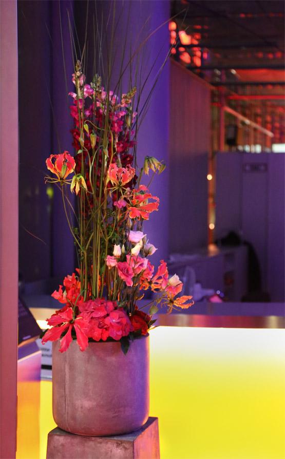 Florale Kunst im Steintopf