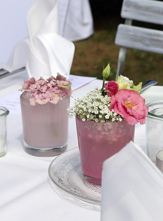 Florale Meisterwerke in farbigen Gläsern