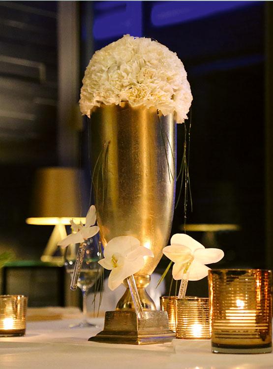 Goldene Vase mit Blütenkugel – Floristik Dekoration Hafenwerk
