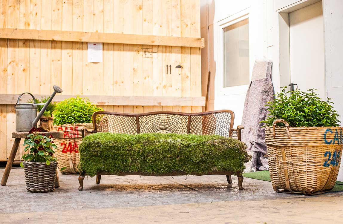 Gras Sofa – Floristik und Urban Art