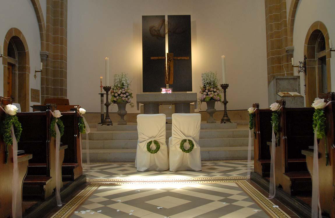 Florale Arrangements für die Trauung in der Kirche