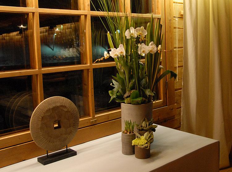 Holzobjekt und Tonvasen