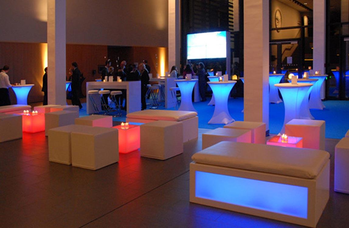 Lounge kombiniert mit Leuchtelementen