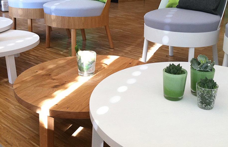 Runde Lounge Tische, weiß und natur
