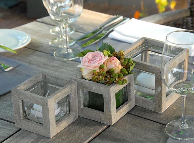 Rustikales Holz und Glasgefäße