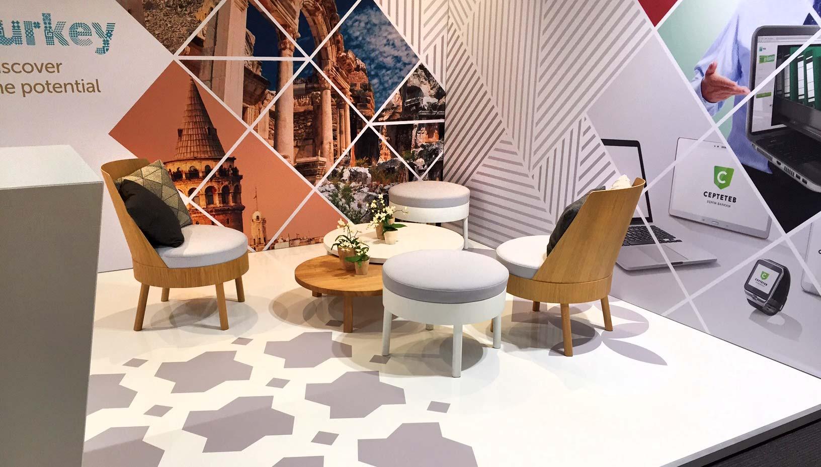 Sitzbereich mit modernem Mobiliar und Dekoration