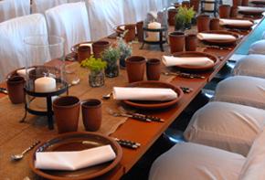 Tischkräuter und Tongefäße – Tischdekoration Hafenwerk
