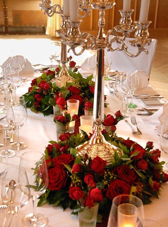 Kranz aus Rosen und Lüster – Tischschmuck