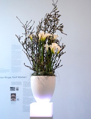 Weißer Topf auf Leuchtsäule – Floristik Dekoration Hafenwerk