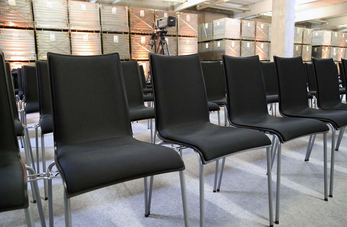 Konferenzbestuhlung mit Arcitonic Stuhl und Reihenverbinder