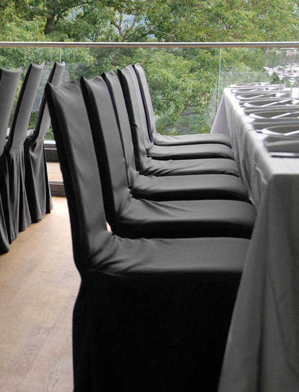 Bankettstühle mit schwarzen Hussen