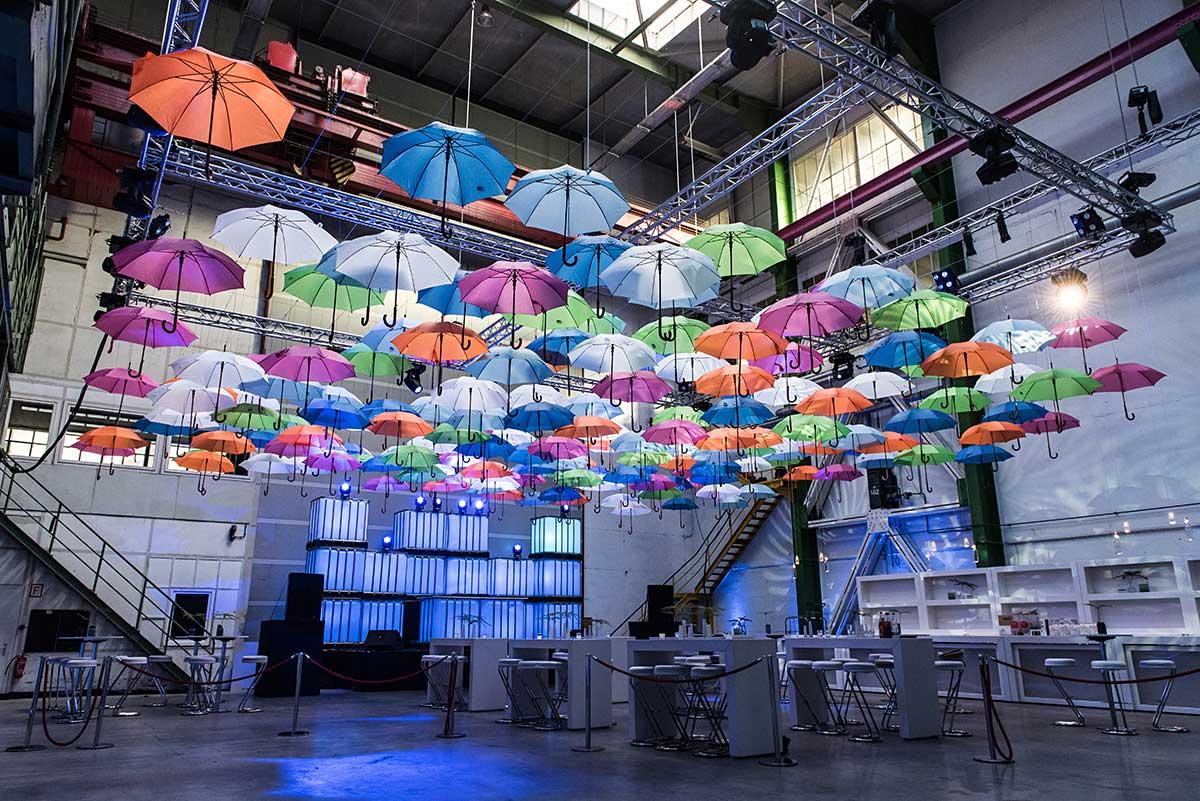 Ein Himmel aus bunten Schirmen