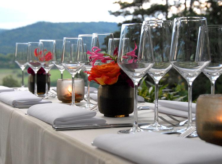 Wunderschön gedeckter Tisch im Grünen