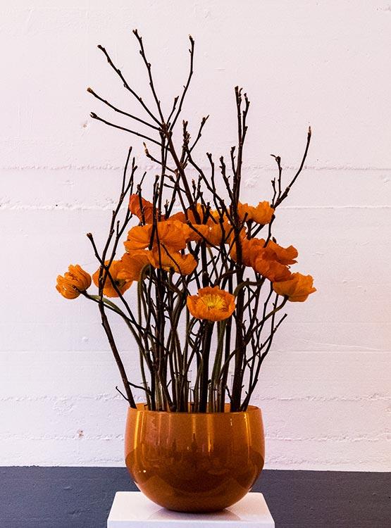 Glasvase Ton-in-Ton mit Blüten und Zweigen