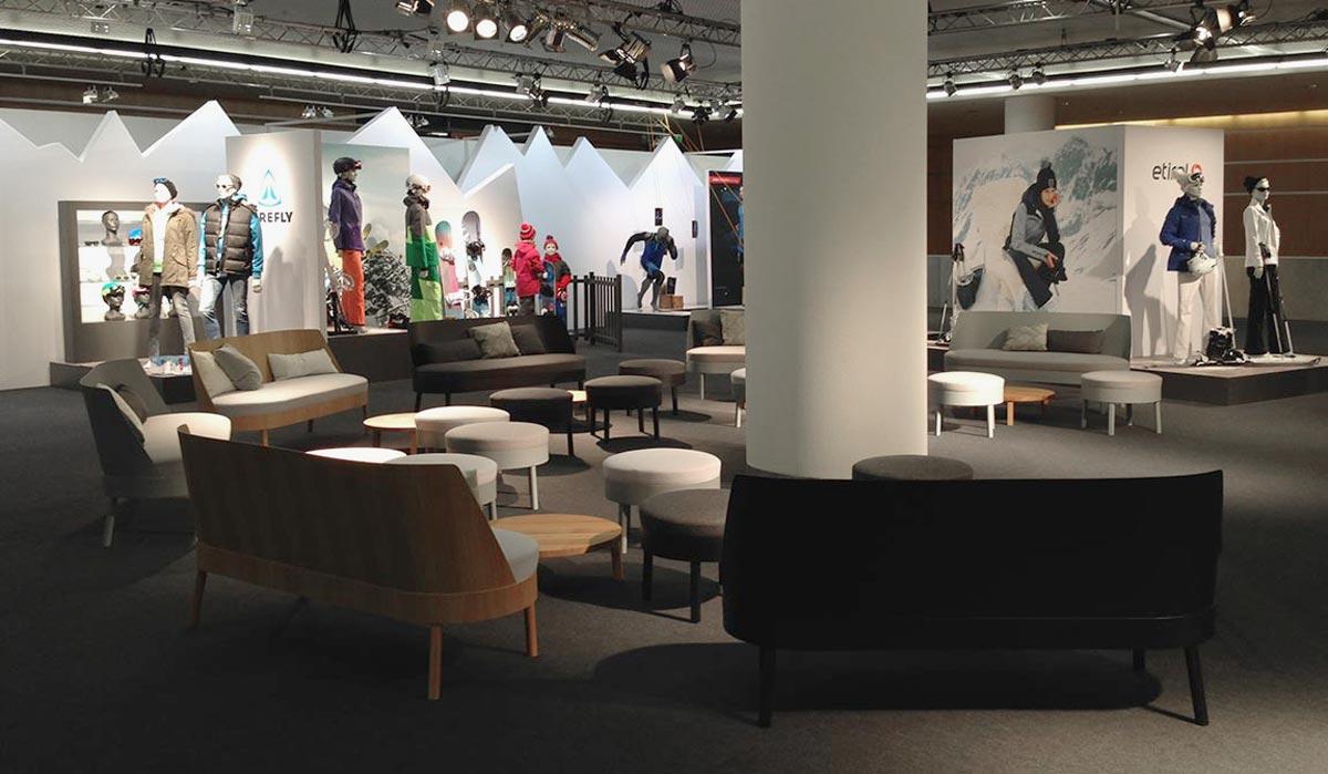 Rauminszenierung mit moderner Lounge-Möblierung