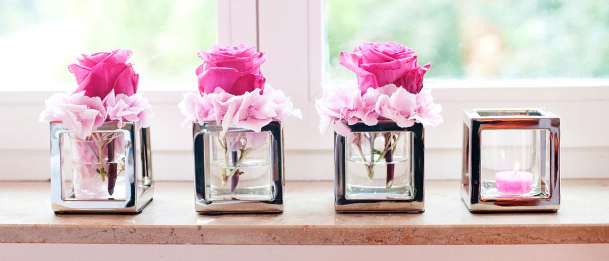 Kleine Kuben mit Rosen und Teelicht