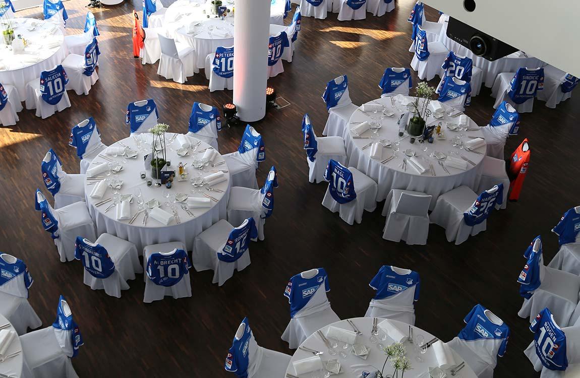 Festliche an runden Tischen