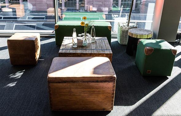 Sports Lounge mit Woody Loungetisch
