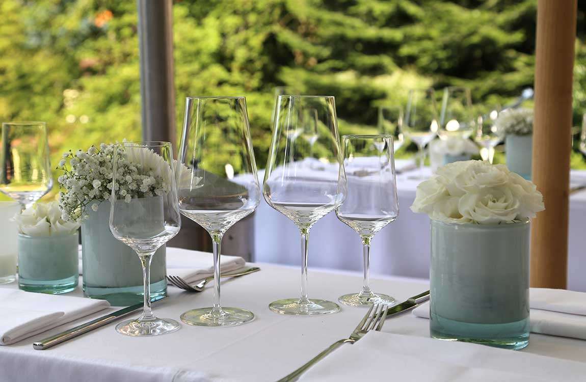 Stilvolle Tischdekoration für Gartenfeste